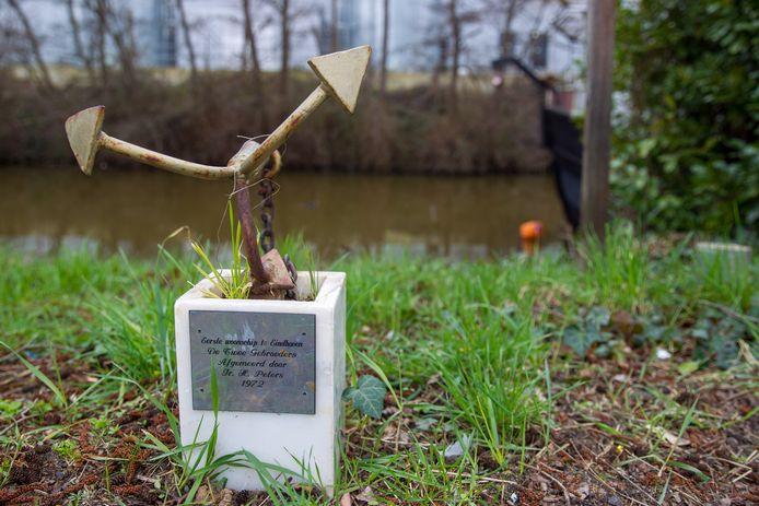 Monument herinnert aan de komst van de eerste woonboot op het Afwateringskanaal bij de Beatrixhaven in 1972