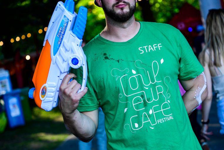 Deze medewerker van het festival zorgde voor verkoeling... met een waterpistool.