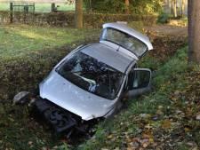 Auto belandt in sloot in Sint-Michielsgestel: bestuurder gewond naar ziekenhuis