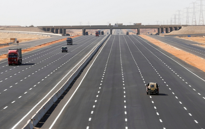 De weg naar Nieuw-Cairo, dat 45 kilometer ten oosten van het oude Cairo ligt.