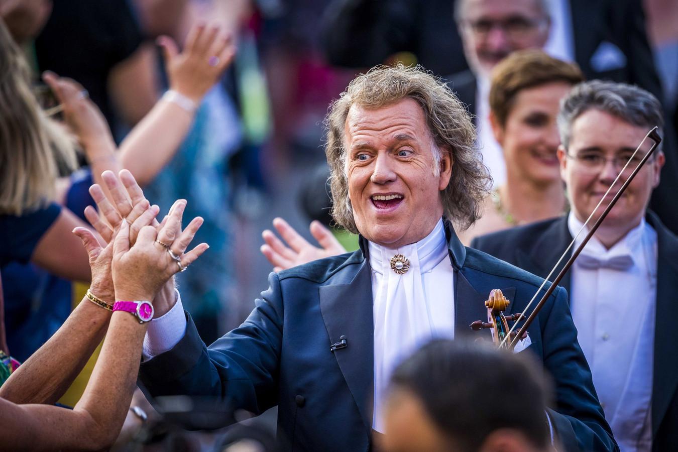 André Rieu arriveert met zijn orkest op het Vrijthof in 2019.