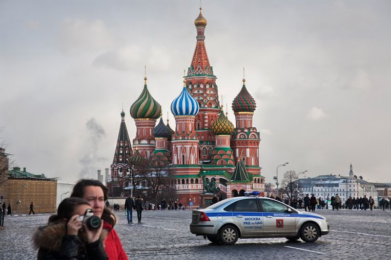 BETAALD VOOR ONLINE Russia, Moscow, 2009 Red Square, Kremlin, St Basil's Cathedral. Europe east, Eastern Europe, tourism, tourists, people, police, police car, photgraphy, camera  Rusland, Moskou Rode plein, Kremlin, Basilicus Kathedraal.  Europa oost, Oost-Europa, cathedraal, toerisme, toeristen, mensen, politie, politieauto, fotografie, camera   Russland Moskau,  Roter Platz,  Europa Osteuropa , menschen, Touristen, Tourismus,     Foto: Martin Roemers Beeld Hollandse Hoogte / Martin Roemers