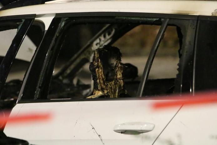 De auto aan de Prins Bernhardlaan in Voorburg ging in vlammen op.
