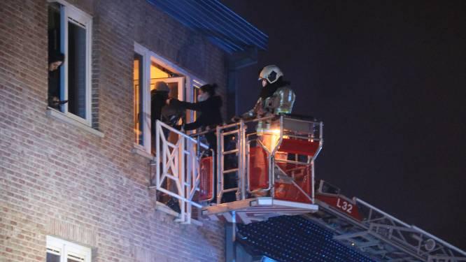 Acht bewoners overgebracht naar het ziekenhuis na brand in appartementsgebouw, één kat overleeft het niet