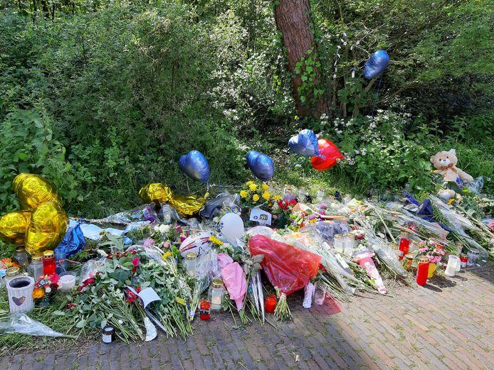 Langs de Doorniksestraat waar het levenloze lichaam van Renée (23) werd gevonden zijn veel bloemen gelegd.