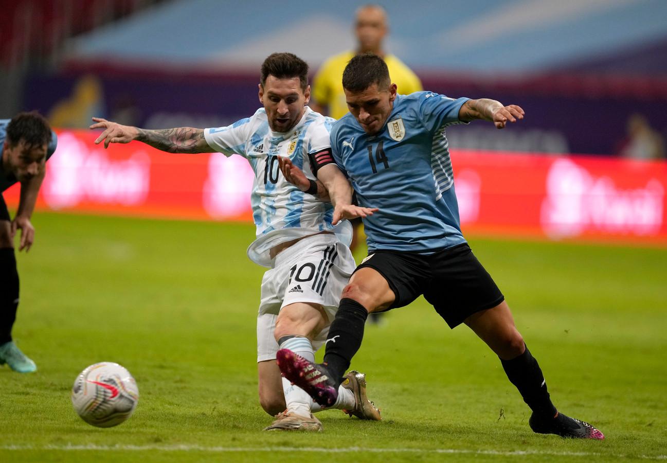 De Argentijnse voetballer Lionel Messi (links) in duel met Lucas Torreira uit Uruguay