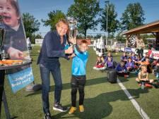 Zien hoe Max Verstappen de race in Zandvoort wint? Deze jongens kozen liever voor een voetbaltraining met Hans Kraay jr.