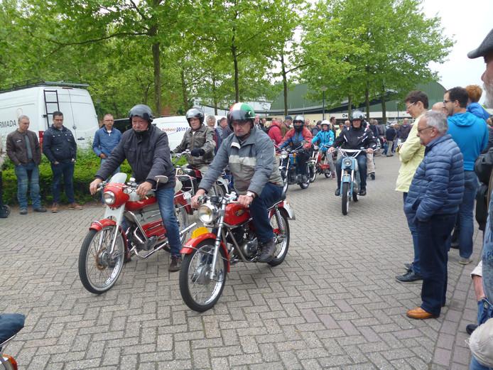 Vertrekkende bromfietsers bij de Hemelvaartrit voor oude voertuigen in Schijndel.
