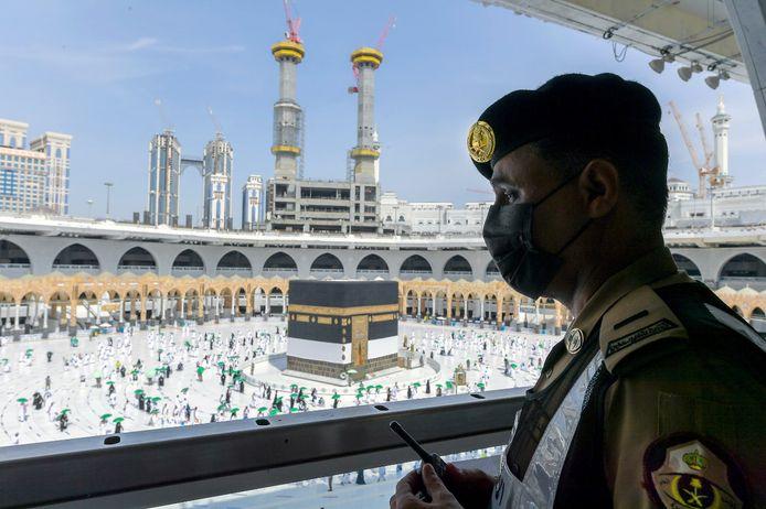 Archiefbeeld. Een beveiliger kijkt toe terwijl pelgrims rondjes om de Kaaba lopen in de Grote Moskee van Mekka, de heiligste plek van de Islam. (20/07/2021)