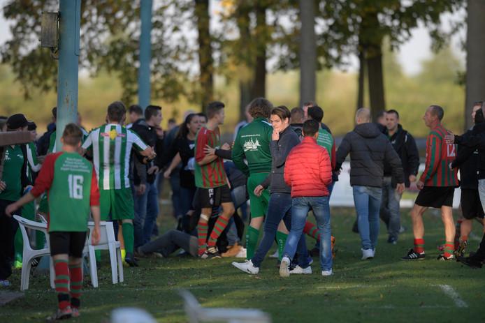 De chaos op het voetbalveld in Haaften, na de mishandeling van een Haaftense speler.