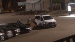 """Politie onderzoekt hardhandige interventie in Nieuwerkerken die gefilmd werd door buurtbewoner: """"Dakloze man werd tegen combi gesmeten"""""""