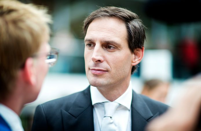 Minister Wopke Hoekstra (Financiën, CDA) wil in gesprek met banken over de dalende rente. Een verbod op negatieve rente sluit hij niet uit.