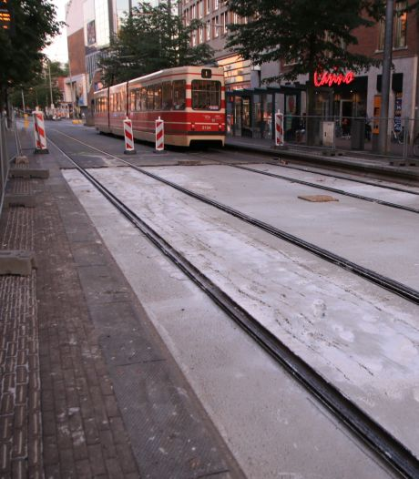 Ambulancemotoren trekken spoor door vers beton