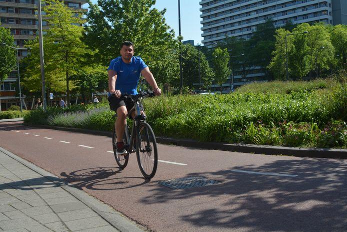 """Maurice Groen fietst elke dag vanuit Rijswijk naar zijn werk bij Fitness & Health Club Delft. ,,Alleen als het echt hard regent, wil ik nog wel eens de auto pakken."""""""