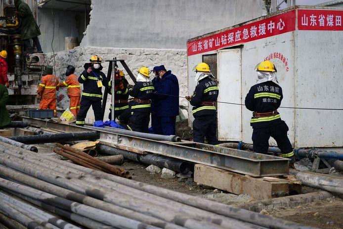 Reddingswerkers aan de slag op de plaats van de explosie.
