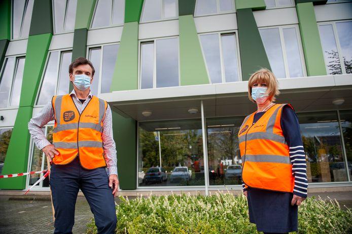 Martin Groenendijk (67) en Joke van der Eijk (70) werken via Uitzendbureau 65plus als surveillant bij Helicon VMBO in Den Bosch.