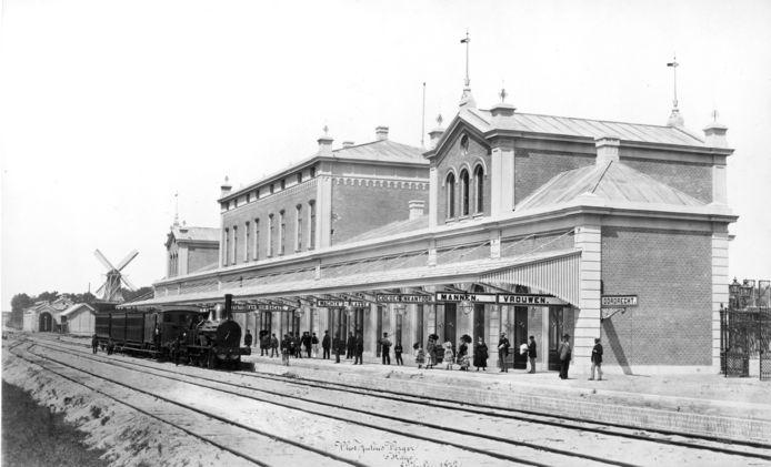 Het Dordtse station kort na de opening in 1872. Rond 1900 kwam er een nieuw perron bij, met overkapping. In 1872 waren er nog verschillende wachtkamers en aparte vrouwen- en mannenruimtes. De molen is molen de Oranjeboom op de hoek van de Spuiweg.