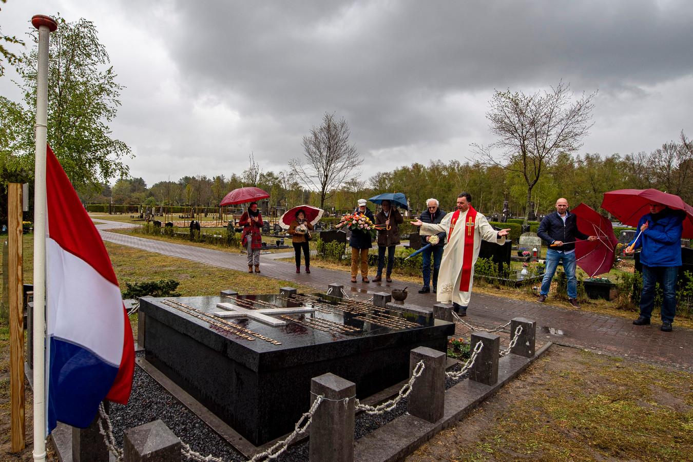 Het oorlogsmonument aan Mastendreef wordt ingewijd door pastoor Paul Verbeek.