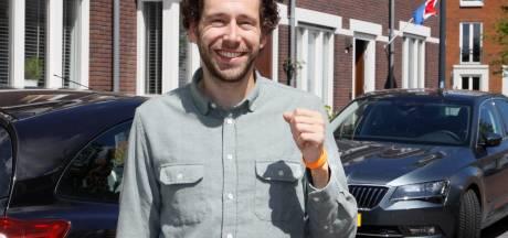 Leerlingen Pro College krijgen oranje polsbandjes: 'Omarm de afstand'