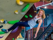 Julia (27) zoekt het randje op en klimt zonder gordel en touw: 'Mijn moeder had het liefst een andere hobby gezien'