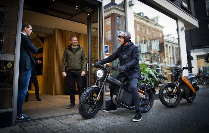 Ruud Gullit ontvangt zijn speciale Brekr in Amsterdam. In het midden Niels Willems, links Martin Groen van Society Shop.