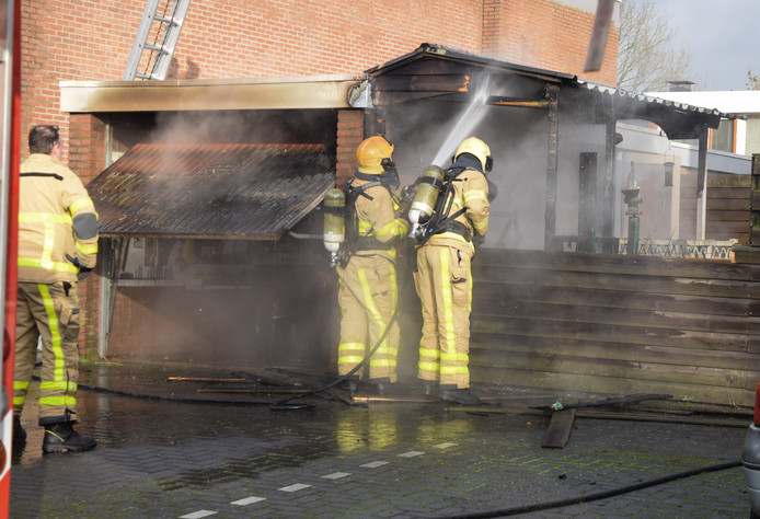 De brandweer blust de garagebox en aanbouw aan de Beetstraat in Doetinchem.