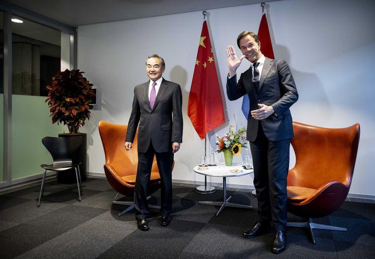 Premier Mark Rutte met de Chinese minister van Buitenlandse Zaken, Wang Yi, in Den Haag.  Beeld EPA