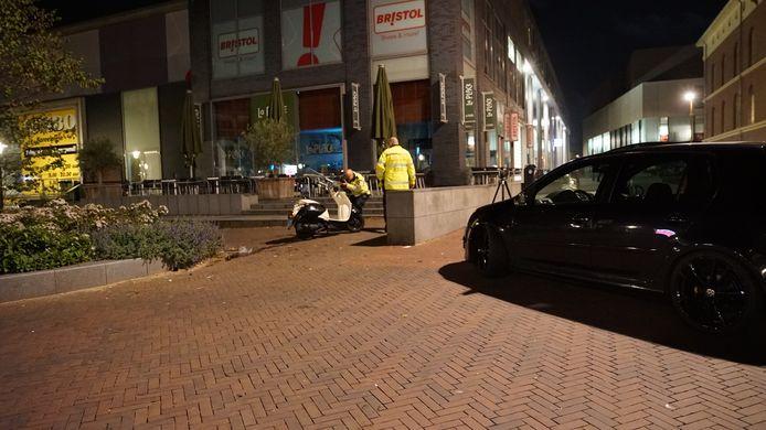 De politie doet onderzoek naar de oorzaak en schuld van een ongeluk in hartje Deventer.