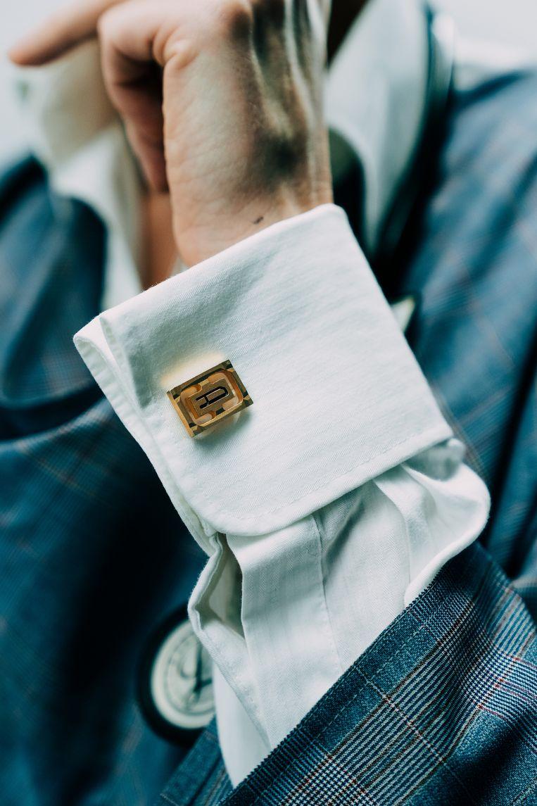 """Dagelijks draagt Vandenbroucke de manchetknopen van haar grootvader. """"Door hem ben ik oudere mensen graag gaan zien, denk ik."""" Beeld Illias Teirlinck"""