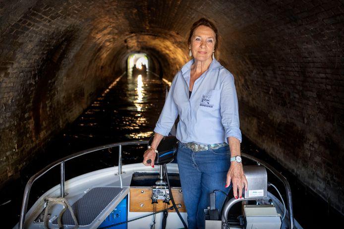 Schipper en gids Toos Neijndorff mocht gisteren met haar collega's weer de Binnendieze op met de fluisterboten.
