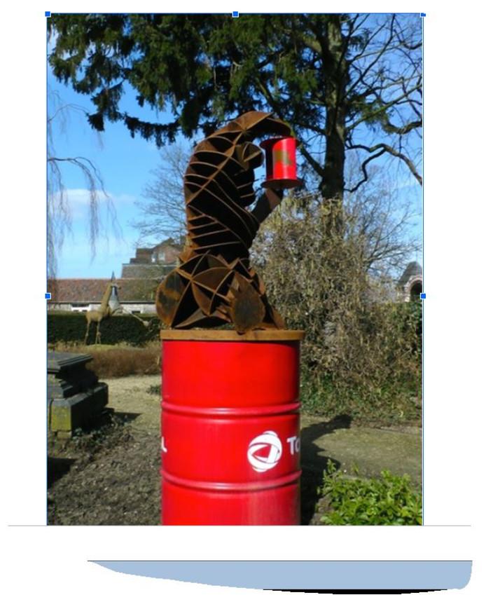 Windbeer: een beeld van cortenstaal op een olieton. De beer houdt een rotor vast.