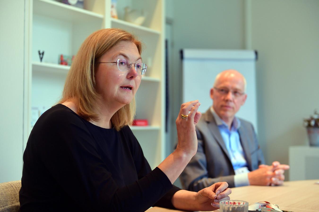 Bravis-bestuurder Bianka Mennema (l.) en manager bedrijfszaken Leo Simons vinden het kwalijk dat wordt gesuggereerd dat het ziekenhuis de patiënten in de regio Bergen op Zoom in de steek zou laten.