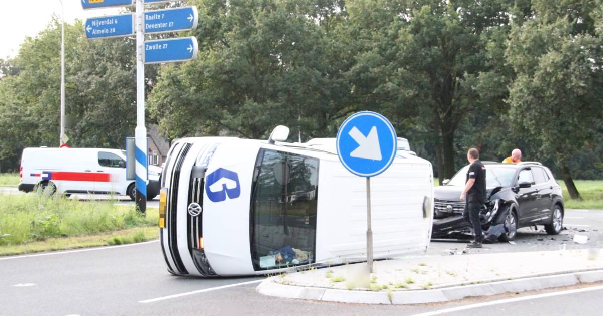 Bestuurder busje ziet auto in Haarle over het hoofd en belandt na botsing op zijkant.