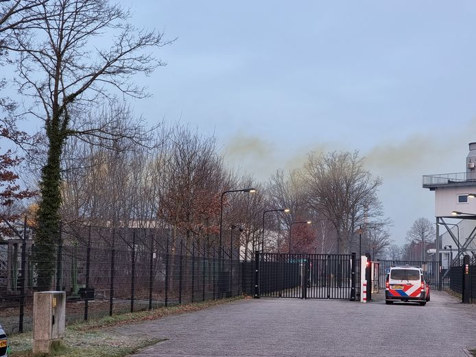 Een brandweerauto en politieauto rijden door de oostpoort van Thales. Volgens de brandweer 'volgens het boekje', volgens risicoanalist René van der Velde fundamenteel fout.