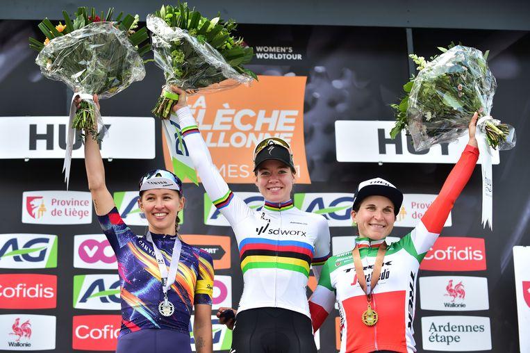 April 2021, Anna van der Breggen heeft de Waalse Pijl gewonnen. Ze wordt geflankeerd door de Poolse Katarzyna Niewiadoma en Elisa Longo Borghini uit Italië. Beeld BELGA
