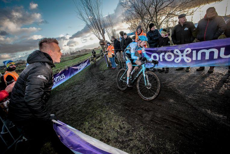 Gianni Meersman moedigt zijn renner Michael Vanthourenhout aan tijdens de Azencross in Loenhout. Beeld Jan De Meuleneir - Photo News