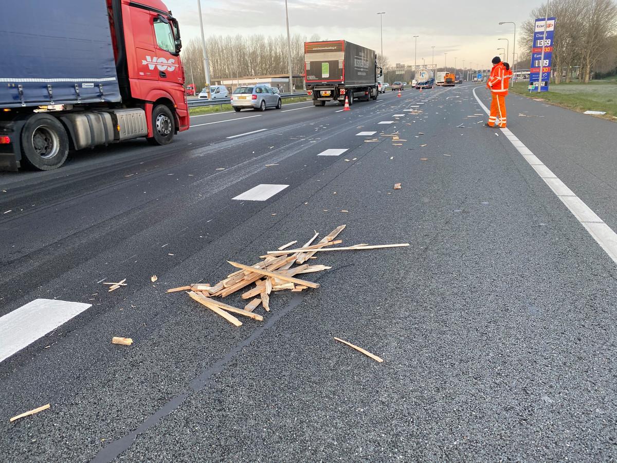 Over honderden meters lag er hout op de A1 van Deventer naar Apeldoorn nadat er een vlizotrap en Pallets van een vrachtauto vielen.