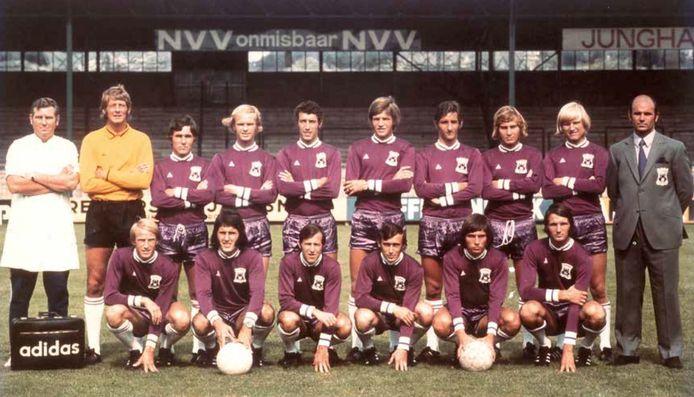 Het elftal van GA Eagles in het seizoen 1971/1972, met rechts trainer Barry Hughes.