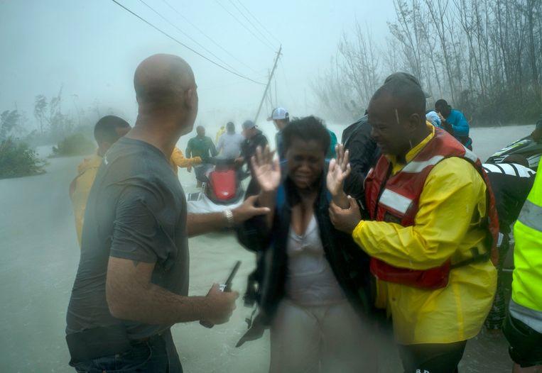 Vrijwilligers op de Bahama's redden dinsdag families die na orkaan Dorian vast kwamen te zitten.  Beeld AP