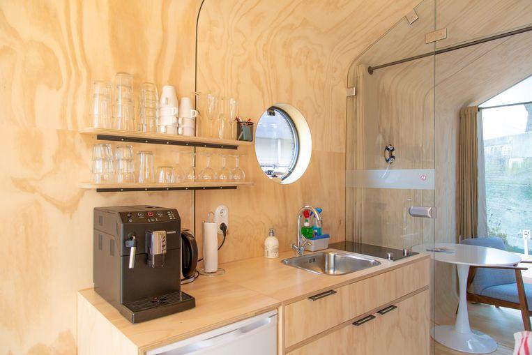 De kleine houten keuken in de Wikkelboat Beeld Boje Ploeg