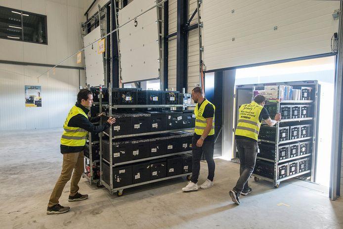 Een vrachtwagen met online-bestellingen wordt geladen in het nieuwe verdeelcentrum van Jumbo aan de Neerloopweg in Breda-West.