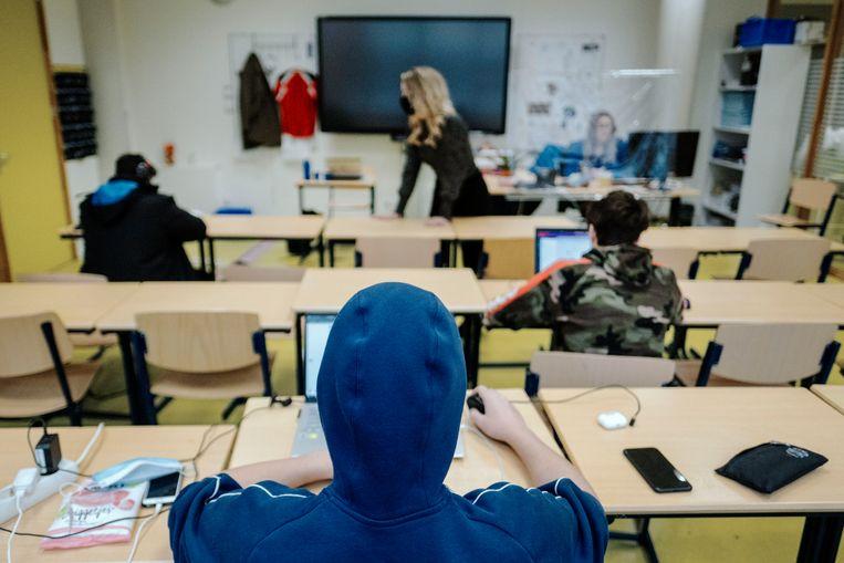 Sommige leerlingen van het Frits Philips in Eindhoven mogen wel op school komen, bijvoorbeeld vanwege hun thuissituatie. Beeld Merlin Daleman