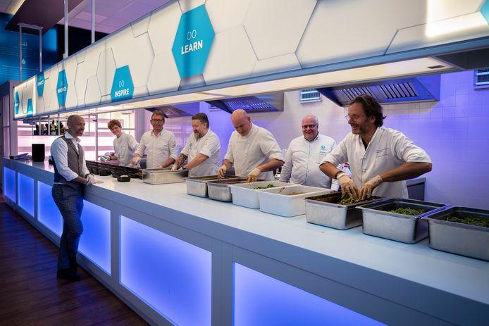 Sterrenkoks maken 300 maaltijden voor zorgmedewerkers. In de keuken staan Morris Middelweerd, Gerard Wollerich, Frank van de Ven, Bart Haans, Rob van der Veeken, Dick Middelweerd (vlnr.) en ervoor Simon de Wit.