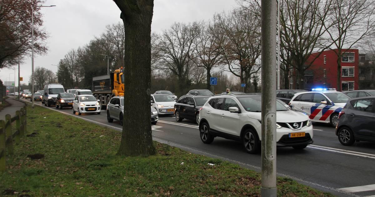 File in Almelo na botsing met twee auto's.
