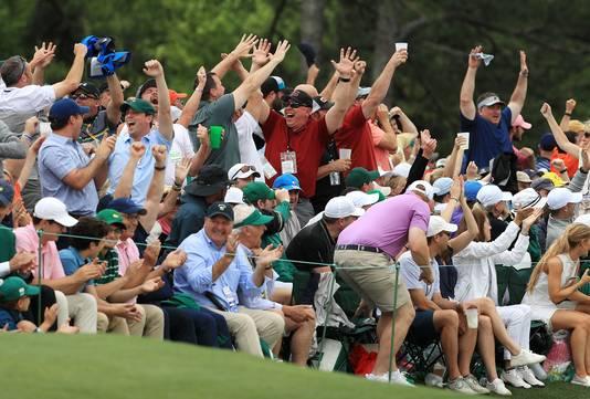 Fans gaan uit hun dak na een putt van Tiger Woods.