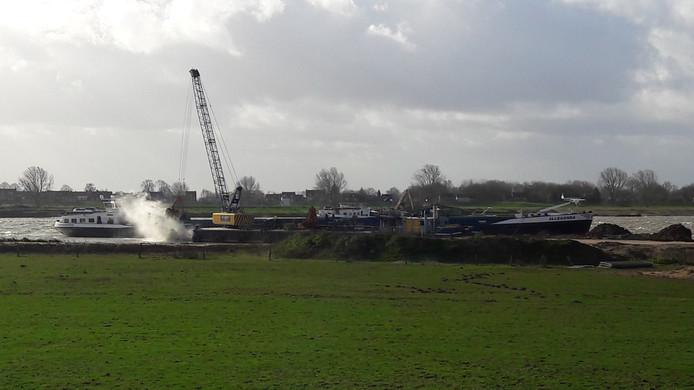 In het ontzandingsplan Over de Maas bij Alphen werd maandag opnieuw granuliet gestort.