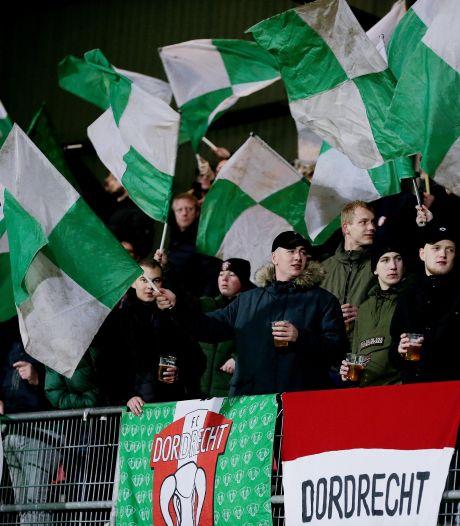 Supporters FC Dordrecht voeren actie met posters en collectes rondom wedstrijden