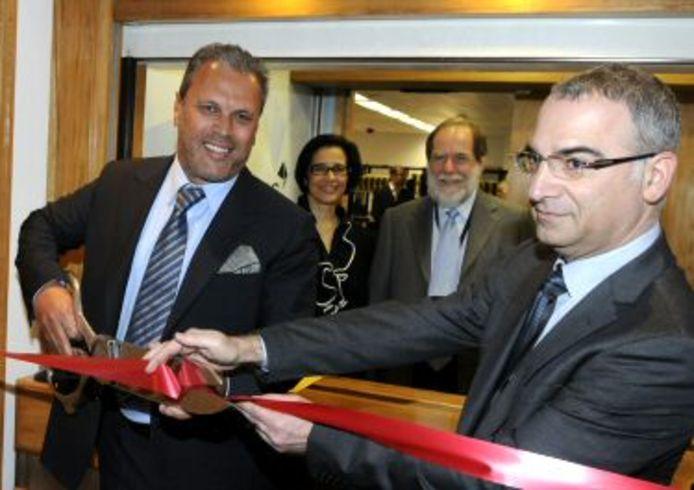 Diamantair Erez Daleyot (links zonder bril) bij een bezoek aan het grootste diamantbedrijf ter wereld, De Beers, voor wie hij een bevoorrechte klant was.