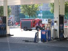 Automobilist rijdt met slang weg bij tankstation aan Neherkade