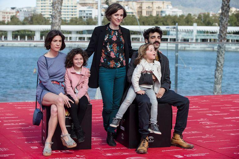 Regisseur Carla Simón (midden) met de acteurs van haar film 'Estiu 1993'. Beeld EPA